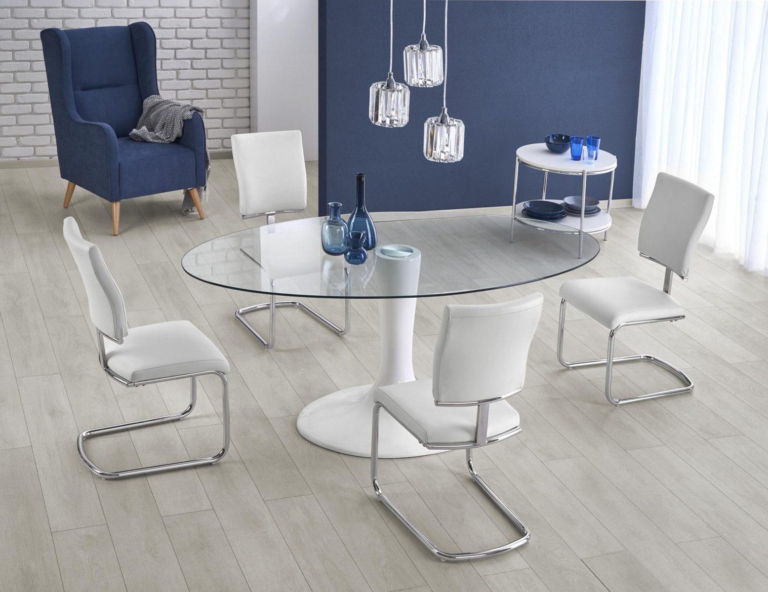 Stol Ze Szklanym Blatem I Krzesla Na Metalowych Plozach W Jadalni Z