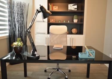 Biurka siedząco – stojące – wady i zalety