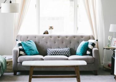 Jak dopasować poduszki dekoracyjne do aranżacji wnętrza?