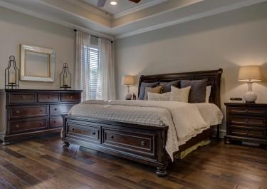 Drewniane łóżko sosnowe do sypialni