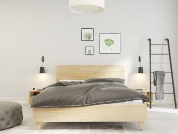 Biała sypialnia z sosnowymi meblami