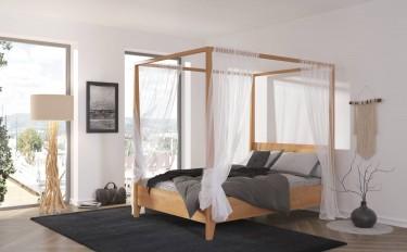 Sosnowe łóżko z baldachimem w sypialni z widokiem na miasto
