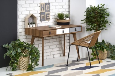 Skandynawskie biurko na drewnianych nogach z trzema szufladami i krzesła z technorattanu