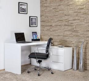 Tapicerowane obrotowe krzesło na aluminiowej podstawie oraz białe biurko z szufladami i półkami
