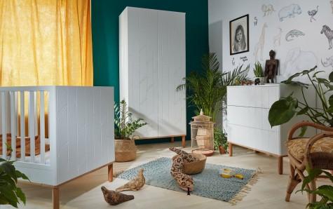 Bellamy - białe meble do pokoju dziecięcego na drewnianych nóżkach z ozdobnymi frontami Toteme