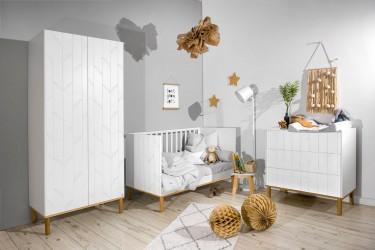 Meble dziecięce w kolorze białym na drewnianych nóżkach z dekoracyjnymi frontami