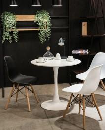 Designerski stół na jednej nodze w kolorze białym i skandynawskie krzesła bez podłokietników