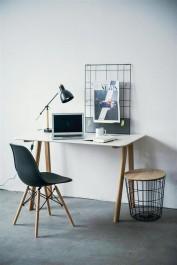 Domowy kącik do pracy z meblami w stylu skandynawskim i metalową ramką na notatki