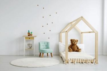 Miętowy fotel dziecięcy i łóżko ze stelażem w kształcie domku
