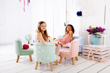 Kolorowe foteliki i sofki dziecięce na drewnianych nóżkach w pokoju dziewczynki