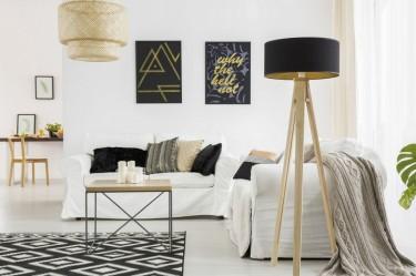 Skandynawski pokój dzienny z lampą podłogową w kształcie statywu