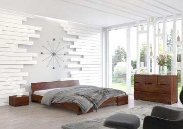Komplet mebli sypialnianych w ciemnym odcieniu drewna z łóżkiem niskim i pojemną komodą