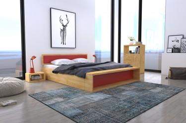 Łóżko z tapicerowanym zagłówkiem i przednóżkiem oraz drewniana szafka nocna z półkami