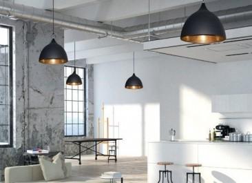 Przestronny salon w stylu loft z metalowymi lampami