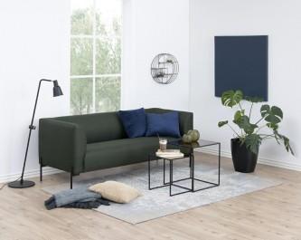Dwuosobowa kanapa w kolorze butelkowej zieleni i zestaw loftowych stolików pomocniczych