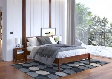 Zestaw drewnianych mebli sypialnianych na wysokich nóżkach