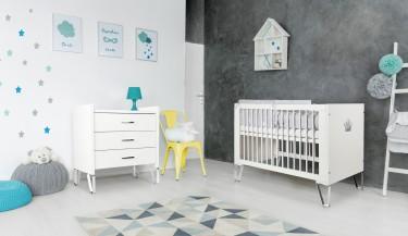 Białe meble na chromowanych płozach do pokoju dziecięcego