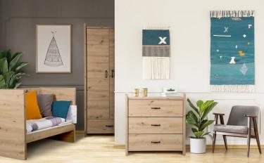 Drewnopodobne meble skrzyniowe w pokoju chłopca z szarą ścianą