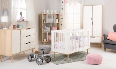 Pokój niemowlęcy w stylu skandynawskim z meblami na wysokich nóżkach