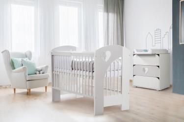 Pokój niemowlęcy z fotelem łóżeczkiem i komodą biało-szare dla chłopca i dziewczynki