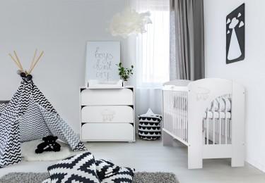Szary pokój niemowlęcy dla chłopca z białymi meblami i namiotem