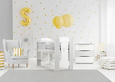 Biało-popielate meble z płyty w pokoju niemowlaka z dużym fotelem wypoczynkowym uszak
