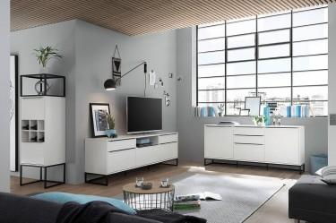 Białe meble matowe na płozach w stylu loft w dużym salonie z szarymi ścianami