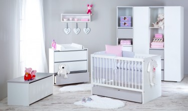 Zestaw klasycznych mebli dziecięcych dla niemowlaka w pokoju dla dziewczynki