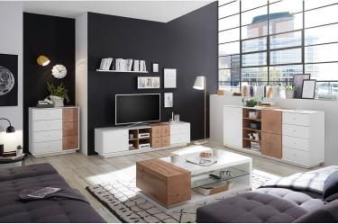 Białe meble ze wstawką drewnopodobną na tle czarnej ściany w dużym salonie