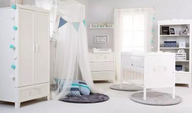 Białe meble w stylu prowansalskim w pokoju niemowlęcym