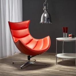 Skórzany fotel obrotowy z profilowanym siedziskiem w salonie z wiszącą lampą i białym stolikiem pomocniczym