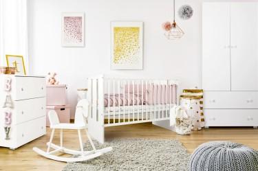 Biały pokój niemowlęcy dla dziewczynki z meblami w stylu klasycznym