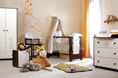 Klasyczne meble w pokoju niemowlęcym dwukolorowe z estetycznym dekorem