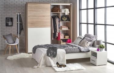Łóżko sypialniane w nowoczesnej sypialni z przestronnym oknem