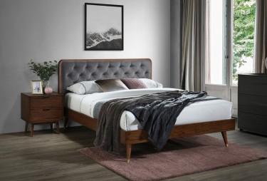 Łóżko sypialniane z wezgłowiem w eleganckiej sypialni