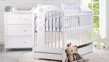 Białe meble dla dziecka łóżeczko i komoda z gwiazdkami