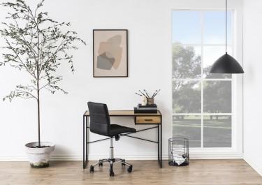 Kącik biurowy w stylu loft w dużym salonie z białymi ścianami i wysokim oknem