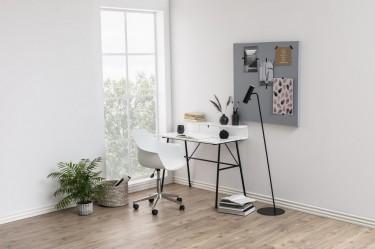 Biało-czarne meble biurowe z elementami metalowymi w pokoju o dużym metrażu