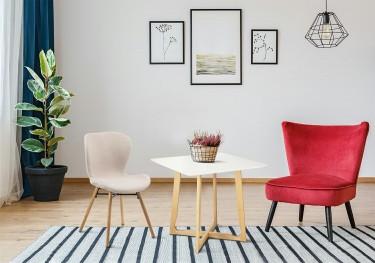 Meble w stylu skandynawskim stół krzesło oraz fotel na drewnianych nogach