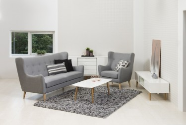 Zestaw mebli tapicerowanych w stylu skandynawskim w białym salonie