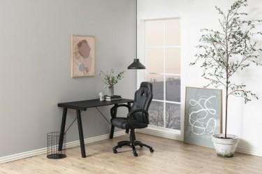 Kącik biurowy w dużym salonie z popielatymi ścianami
