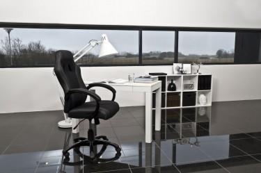 Nowoczesne biuro z czarną podłogą w wysokim połysku
