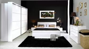 Białe meble do sypialni na tle czarnej ściany