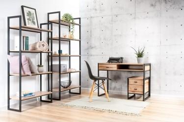 Metalowe regały z półkami i biurko na płozach w stylu loftowym