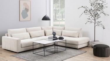 Duży narożnik biały z tkaniny w salonie z loftowymi stolikami kawowymi