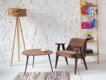 Kącik kawowy z wygodnym fotelem i drewnianym stolikiem na trzech nogach