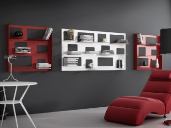 Kolorowe regały wiszące na książki w salonie z czerwoną skórzaną leżanką