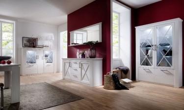 Prowansalskie meble salonowe na tle czerwonych ścian