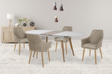 Rozkładany stół w zestawie z pikowanymi krzesłami w nowoczesnej jadalni z drewnianą komodą na tle szarej ściany