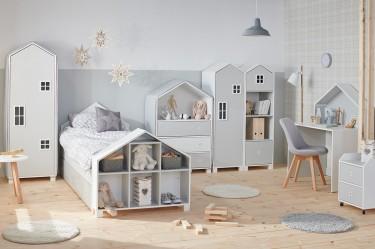 Sypialnia dziecięca z meblami w kształcie domków na tle jasnej ściany